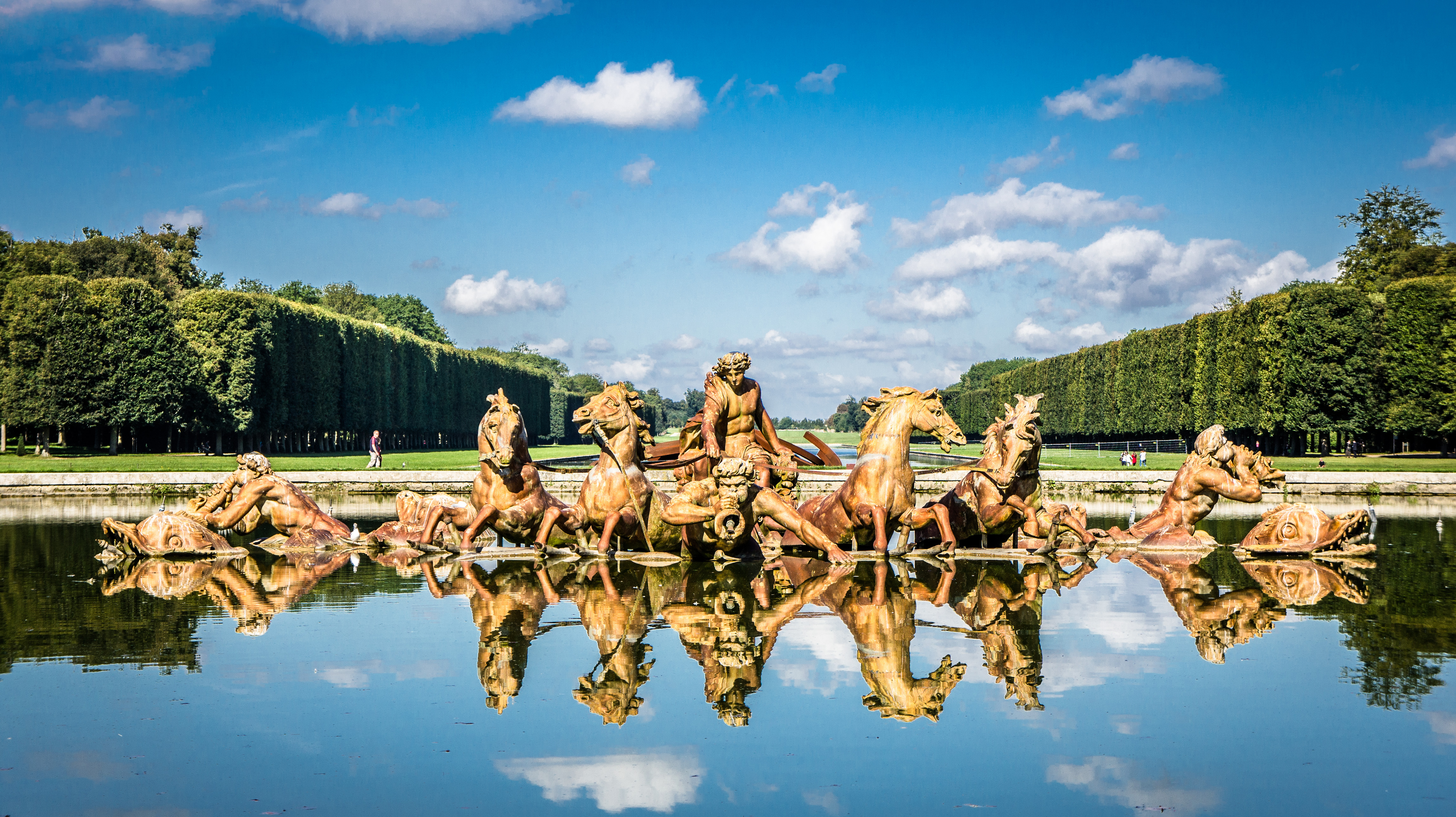 File:Magnificent fountains at Versailles Palace, 30 August 2011 ...