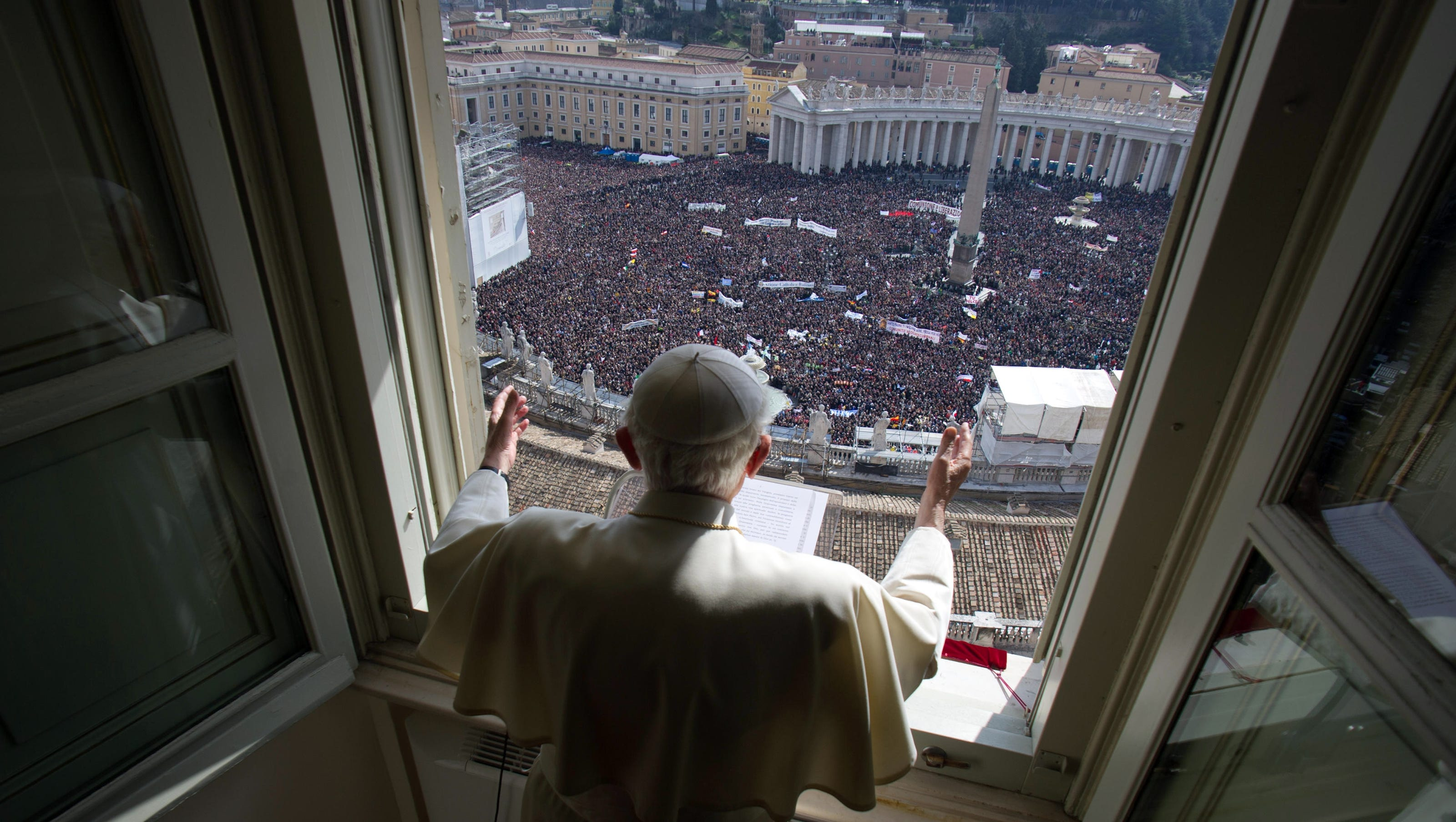 Pope's last Sunday blessing draws crowd at Vatican